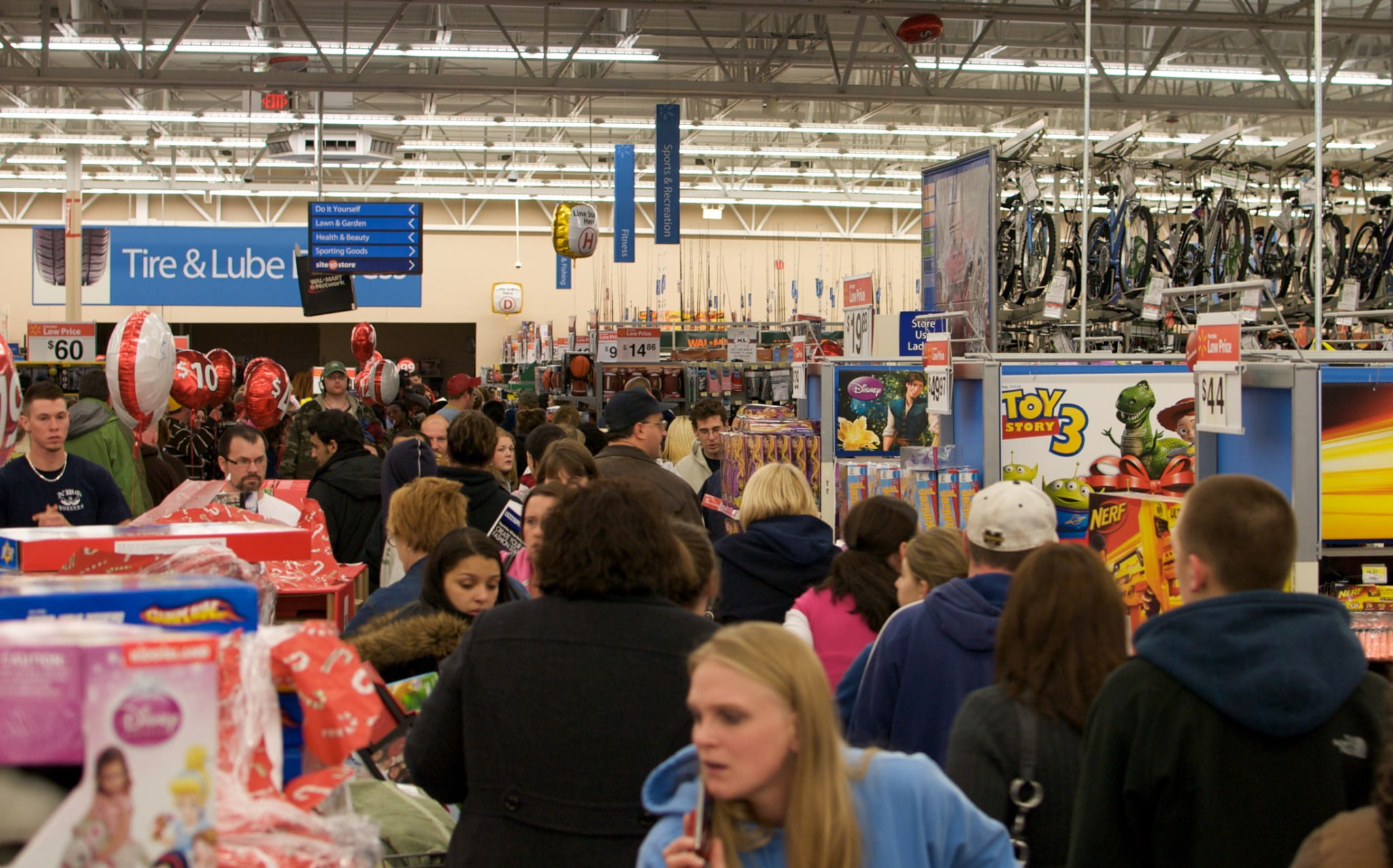 Wal-Mart Worker Killed in Black Friday Stampede - Newser